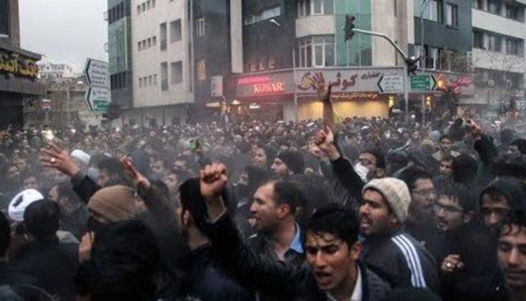 """هتفت """"المـ.ـوت لخامنئي"""" وحُـ.ـرقت فيها صور قاسم سليماني.. فيديو لمظـاهرات غاضبة في طهران 044d5f92-2efc-4874-adde-2fbcf22967ca_16x9_1200x676-750x430"""